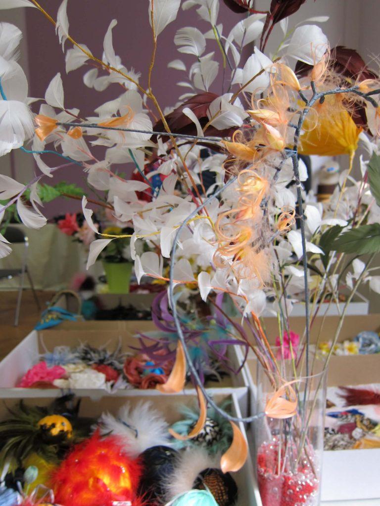 fleurs artificielles et plumes